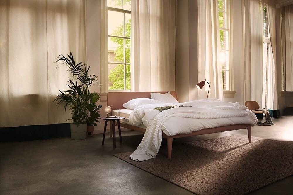 Ledikant (bed) Essential Auping te zien bij de beddenzaak Kok Wooncenter