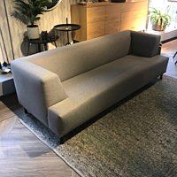 Coming Lifestyle - bank Swing 3-zits stof Otis kleur 65 grey - poten zwart